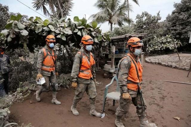 Soldados revisan un área afectada por el volcán de Fuego en San Miguel Los Lotes en Guatemala, juan 5, 2018. REUTERS / Luis Echeverría