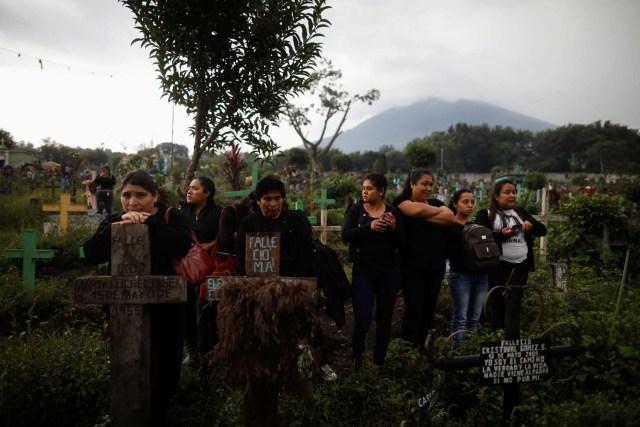 Los deudos y familiares participan en el funeral de Juan Fernando Galindo, miembro de la Coordinadora Nacional de Reducción de Desastres (CONRED), en Alotenango, Guatemala, el 5 de junio de 2018. Según el director ejecutivo de CONRED, Sergio Cabanas, Galindo murió mientras intentaba rescatar a personas durante el Erupción del volcán de Fuego. REUTERS / Jose Cabezas