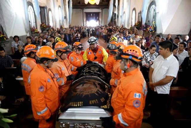 Los equipos de rescate portan el ataúd de Juan Fernando Galindo, miembro de la Coordinadora Nacional de Reducción de Desastres (CONRED), durante su funeral en Alotenango, Guatemala el 5 de junio de 2018. Según el director ejecutivo de CONRED, Sergio Cabanas, Galindo murió mientras intentaba rescatar a las personas durante el Erupción del volcán de Fuego. REUTERS / Jose Cabezas