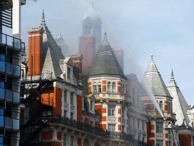 Los bomberos abordan un incendio en el Hotel Mandarin Oriental en Knightsbridge, en el centro de Londres, Gran Bretaña, el 6 de junio de 2018. REUTERS / Henry Nicholls