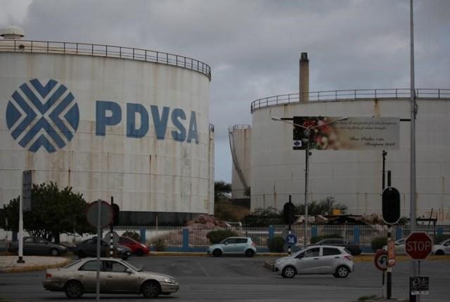 El logo de la petrolera estatal venezolana PDVSA se ve en un tanque de almacenamiento en la refinería Isla en Willemstad, en la isla de Curazao. Abril 22, 2018. REUTERS/Andres Martinez Casares