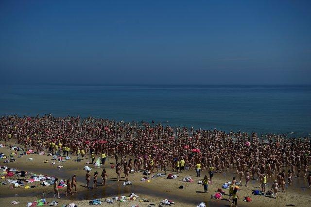 2505 mujeres rompen un récord mundial Guinness para la mayor cantidad de personas que bañan desnudas y al mismo tiempo recaudan dinero para la organización benéfica contra el cáncer infantil Aoibheann's Pink Tie en la playa Magheramore cerca de Wicklow, Irlanda, el 9 de junio de 2018. REUTERS / Clodagh Kilcoyne PLANTILLA FUERA