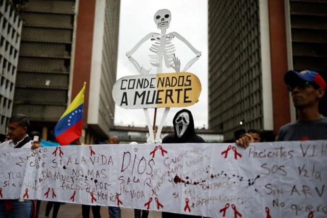 Un grupo de personas protesta por la escasez de medicamentos a las afueras de la sede del Ministerio de Salud en Caracas, Venezuela, 18 de abril de 2018. REUTERS/Carlos Garcia Rawlins - RC189E1D7240