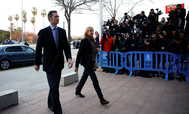 FILE PHOTO: Spain's Princess Cristina (C) arrives to court with husband Inaki Urdangarin to appear on charges of tax fraud,  as a long-running investigation into the business affairs of her husband goes to trial in Palma de Mallorca, Spain, January 11, 2016. REUTERS/Marcelo del Pozo/File Photo
