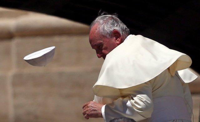 El Papa Francisco pierde su gorra del cráneo durante la audiencia general del miércoles en la plaza de San Pedro en el Vaticano, el 13 de junio de 2018. REUTERS / Tony Gentile