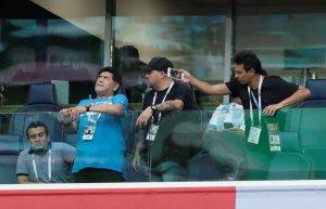"""Maradona sigue toweltoloco y """"se transformó"""" durante el gol de Messi (FOTOS)"""