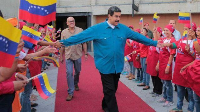 Maduro sobrevive en el poder pese al fracaso económico