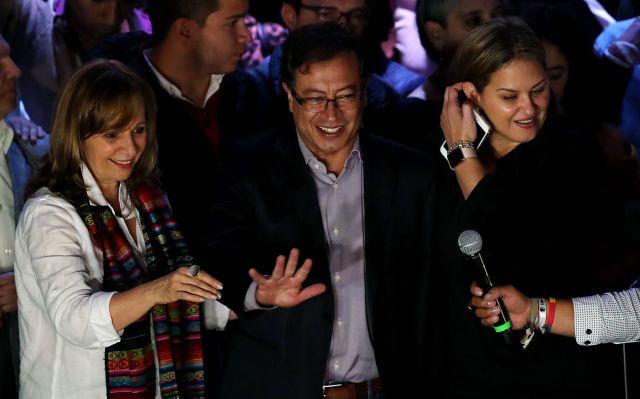BOG242. BOGOTÁ (COLOMBIA), 27/05/2018.- El candidato izquierdista a la Presidencia de Colombia, Gustavo Petro (c), y su fórmula a la Vicepresidencia, Ángela María Robledo (i), saludan a sus seguidores tras conocerse los resultados de la primera vuelta de las elecciones presidenciales hoy, domingo 27 de mayo de 2018, en Bogotá (Colombia). Petro dijo hoy que el uribista Iván Duque, que será su rival en la segunda vuelta que se celebrará el próximo 17 de junio, ha tocado techo electoral y mostró su confianza en remontar para ganar. EFE/Leonardo Muñoz