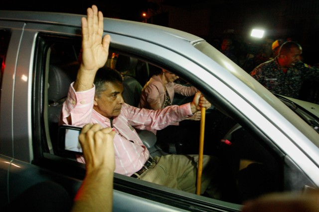 """CAR200. CARACAS (VENEZUELA), 01/06/2018.- El general retirado Ángel Vivas reacciona tras su liberación hoy, viernes 01 de junio de 2018, en la sede del Servicio Bolivariano de Inteligencia (Sebin), en Caracas (Venezuela). Un grupo de """"presos políticos"""", entre los que se encuentra el exalcalde de San Cristóbal Daniel Ceballos y el general retirado Ángel Vivas llegó hoy a la sede de la Cancillería venezolana para recibir los beneficios procesales anunciados por el Gobierno de Nicolás Maduro. EFE/Edwinge Montilva"""