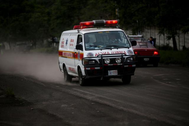 GTM04. Ciudad de Guatemala (Guatemala). 3/06/18.- Una ambulancia de la unidad de bomberos voluntarios traslada varios heridos por quemaduras de lava desde la aldea El Porvenir, después de la segunda erupción del año del volcán de Fuego, en Antigua Guatemala, Sacatepéquez (Guatemala) hoy, domingo 3 de junio de 2018. Al menos seis personan han fallecido y 20 han resultado heridas por la violenta erupción que registra este domingo el volcán de Fuego en Guatemala. EFE/Esteban Biba
