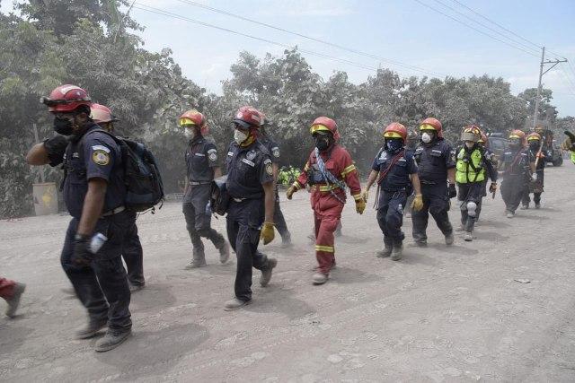GU2001. EL RODEO (GUATEMALA), 05/06/2018.- Personal de búsqueda y rescate continúa buscando a más supervivientes en la localidad de El Rodeo (Guatemala) hoy, martes 5 de junio de 2018, después de la erupción del domingo del volcán de Fuego. A 70 aumentó la cifra provisional de muertos en Guatemala por la erupción del volcán de Fuego, y las brigadas reanudaron hoy la búsqueda de desaparecidos, cuyo número es incierto, bajo las toneladas de ceniza, informó una fuente oficial. EFE/Rodrigo Pardo