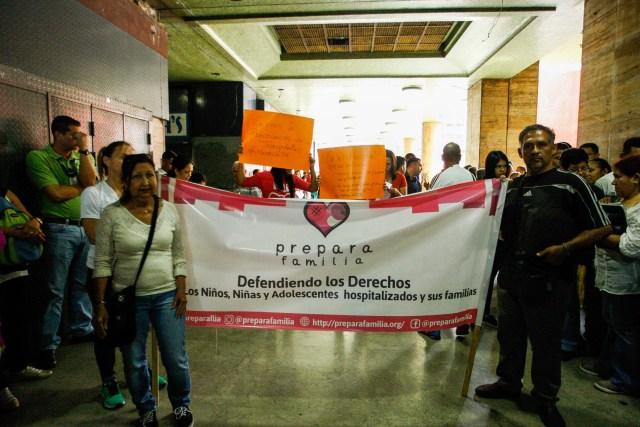 CAR02. CARACAS (VENEZUELA), 05/06/2018.- Pacientes con enfermedades crónicas protestan hoy, martes 5 de junio de 2018, en la sede del Ministerio de Salud, en Caracas (Venezuela). Decenas de pacientes con enfermedades crónicas protagonizaron hoy una nueva protesta ante el Ministerio de Salud de Venezuela para exigir los medicamentos, tratamientos y materiales médicos que escasean en el país suramericano, al tiempo que alertaron sobre las miles de personas que están en riesgo. EFE/Edwinge Montilva