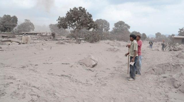 GU129. EL RODEO (GUATEMALA), 05/06/2018.- Habitantes buscan por su cuentas a sus familiares desaparecidos mientras varios grupos de rescatistas continúan con la búsqueda de más supervivientes en el caserío de El Rodeo (Guatemala), uno de los más afectados hoy, martes 5 de junio de 2018, después de la erupción del domingo del volcán de Fuego. La cifra de víctimas mortales por la violenta erupción en Guatemala se elevó a 72, informaron hoy fuentes oficiales, mientras se mantiene el operativo de búsqueda de desaparecidos, cuyo número es incierto. EFE/ Rodrigo Pardo
