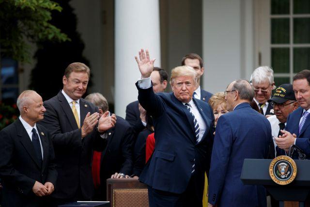 STX04. WASHINGTON (ESTADOS UNIDOS), 06/06/2018.- El presidente de EE. UU, Donald Trump, se despide tras su discurso durante la ceremonia de firma de la ley conocida como Mission Act en los jardines de la Casa Blanca, Washington (EE. UU), hoy, 6 de junio de 2018. Trump firmó hoy una nueva ley que facilitará el acceso de los veteranos de las Fuerzas Armadas a los servicios sanitarios privados, que ha desatado cierta polémica por no incluir los fondos necesarios para financiar su aplicación. EFE/ Shawn Thew