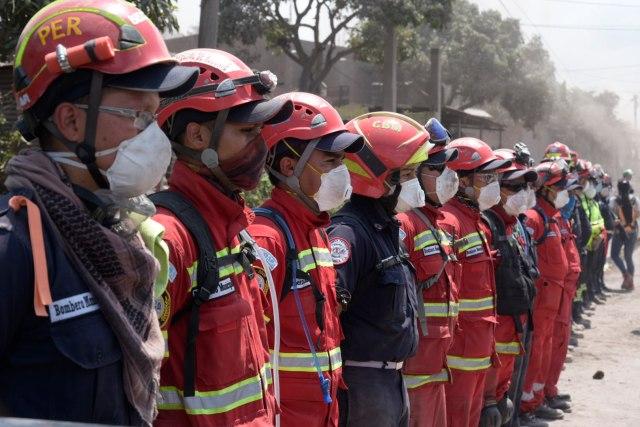 GUT04. SAN MIGUEL DE LOS LOTES (GUATEMALA), 06/06/2018.- Rescatistas se preparan para relevar a un grupo de colegas para continúar las labores de búsqueda y rescate hoy, miércoles 6 de junio de 2018, en el caserío de San Miguel de Los Lotes, una aldea integrada a la ciudad de Escuintla (Guatemala). Los cadáveres de ocho víctimas de las erupciones del volcán de Fuego fueron rescatados hoy por las brigadas de búsqueda en una comunidad del departamento sureño de Escuintla, constató un fotógrafo de Efe, lo que elevó a al menos 84 la cifra de muertos. Los cuerpos fueron hallados entre los escombros de la comunidad de San Miguel Los Lotes, la cual quedó soterrada bajo miles de toneladas de material volcánico. EFE/Rodrigo Pardo