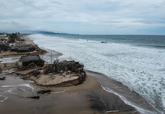 Vista de los daños producto de los remanentes del Huracán Bud hoy, martes 12 de junio de 2018, en las costas del puerto de Acapulco, Guerrero (México). El huracán Bud se fortaleció anoche y alcanzó la categoría 4 en la escala Saffir-Simpson, mientras continúa propiciando lluvias de intensas a puntuales torrenciales en varios estados de México, informó hoy el Servicio Meteorológico Nacional (SMN). EFE/David Guzmán