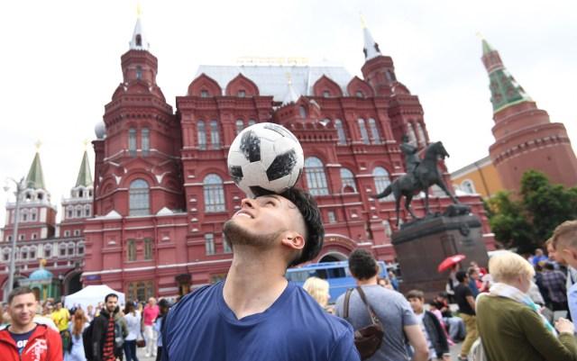 Los aficionados al fútbol se reúnen cerca de la Plaza Roja en Moscú, Rusia, el 13 de junio de 2018. Rusia enfrentará a Arabia Saudita en el partido inaugural de la Copa Mundial de la FIFA 2018, la ronda preliminar del grupo A partido de fútbol el 14 de junio de 2018. (Mundial de Fútbol, Arabia Saudita, Abierto, Moscú, Rusia) EFE / EPA / FACUNDO ARRIZABALAGA