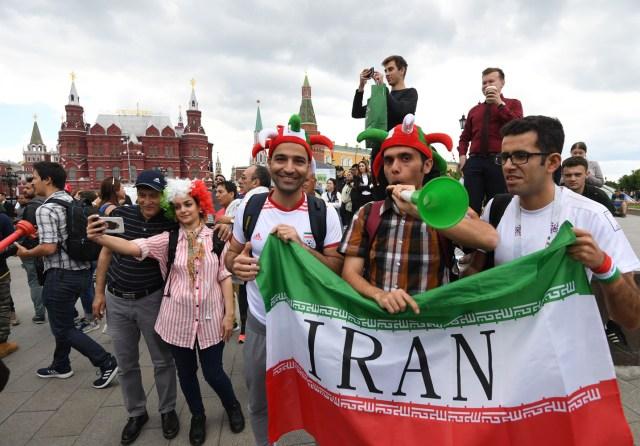 Los fanáticos del fútbol iraníes se reúnen cerca de la Plaza Roja en Moscú, Rusia, el 13 de junio de 2018. Rusia enfrentará a Arabia Saudita en el partido inaugural de la Copa Mundial de la FIFA 2018, el grupo A preliminar partido de fútbol redondo el 14 de junio de 2018. (Mundial de Fútbol, Arabia Saudita, Abierto, Moscú, Rusia) EFE / EPA / FACUNDO ARRIZABALAGA