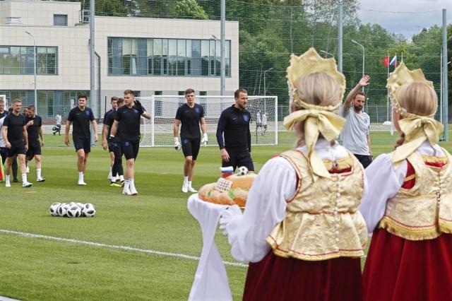 Mujeres rusas con vestidos tradicionales obsequiaron regalos al equipo nacional de Inglaterra durante una sesión de entrenamiento en Zelenogorsk, Rusia, el 13 de junio de 2018. Inglaterra se prepara para la Copa Mundial de la FIFA 2018 que tendrá lugar en Rusia del 14 de junio al 15 de julio de 2018. (Mundial de Fútbol, Rusia) EFE / EPA / ANATOLY MALTSEV