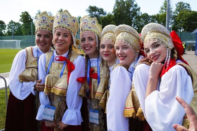 Las mujeres rusas con vestidos tradicionales saludan a la selección nacional inglesa durante una sesión de entrenamiento en Zelenogorsk, Rusia, el 13 de junio de 2018. Inglaterra se prepara para la Copa Mundial de la FIFA 2018 que tendrá lugar en Rusia desde el 14 Del junio al 15 de julio de 2018. (Mundial de Fútbol, Rusia) EFE / EPA / ANATOLY MALTSEV