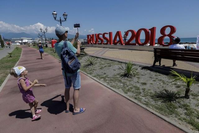 Personas disfrutan de la playa a un día del inicio de la Copa Mundial de la FIFA Rusia 2018, en Sochi (Rusia) hoy, miércoles 13 de junio de 2018. El estadio Fisht de Sochi será sede de seis partidos de la competición, incluido uno de cuartos de final. EFE/Sebastião Moreira