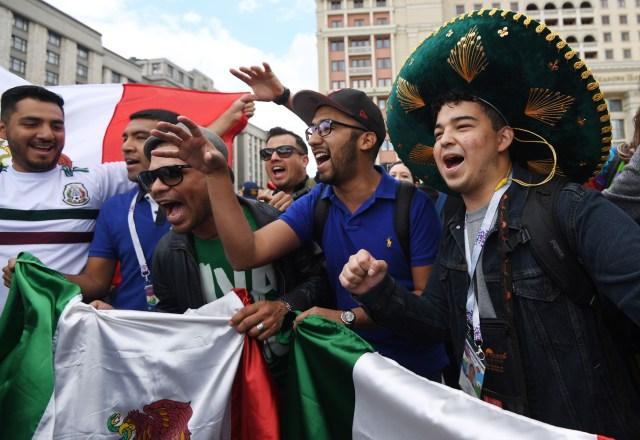Los fanáticos del fútbol de México se reúnen cerca de la Plaza Roja en Moscú, Rusia, el 13 de junio de 2018. Rusia enfrentará a Arabia Saudita en el partido inaugural de la Copa Mundial de la FIFA 2018, el partido de fútbol preliminar del grupo A el 14 de junio de 2018. (Mundial de Fútbol, Arabia Saudita, Abierto, Moscú, Rusia) EFE / EPA / FACUNDO ARRIZABALAGA