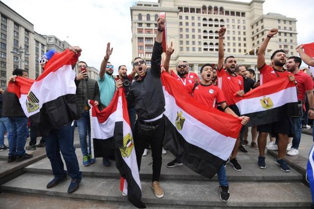 Los fanáticos del fútbol egipcio se reúnen cerca de la Plaza Roja en Moscú, Rusia, el 13 de junio de 2018. Rusia enfrentará a Arabia Saudita en el partido inaugural de la Copa Mundial de la FIFA 2018, el grupo A preliminar partido de fútbol redondo el 14 de junio de 2018. (Egipto, Mundial de Fútbol, Arabia Saudita, Abierto, Moscú, Rusia) EFE / EPA / FACUNDO ARRIZABALAGA