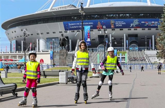 Jóvenes patinadores en línea frente al estadio de San Petersburgo en San Petersburgo, Rusia, el 13 de junio de 2018. El estadio de San Petersburgo será sede de siete partidos de la Copa Mundial de la FIFA 2018 , incluyendo una semifinal y el tercer lugar. La Copa Mundial de la FIFA tendrá lugar en Rusia del 14 de junio al 15 de julio de 2018. (Mundial de Fútbol, Rusia) EFE / EPA / GEORGI LICOVSKI
