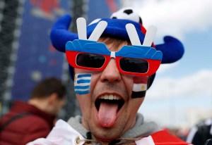 Con risas y pelucas, los egipcios y uruguayos se unen a la fiesta del fútbol (FOTOS MUNDIALES)