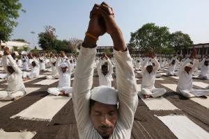 India celebra un Día Internacional del Yoga de récord