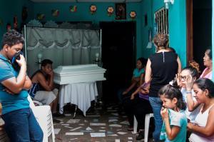 La justicia de Dios llegará, dice madre de bebé muerto en ataques en Managua