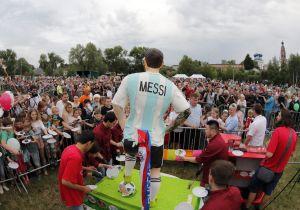 Ciudadanos de Bronnitsy degustan una torta gigante de Messi por su cumpleaños 31