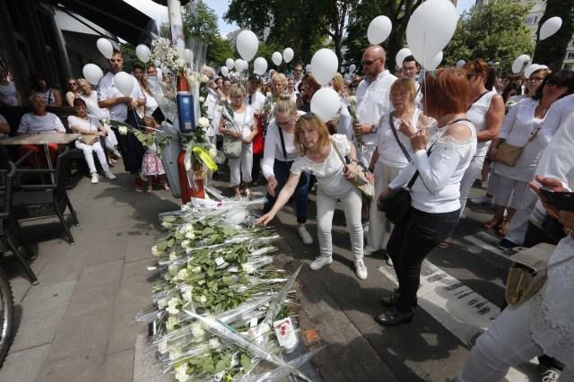 La gente participa en una marcha blanca para conmemorar a las víctimas de un tiroteo el 29 de mayo en Liege, en el espacio de Tivoli, en el centro de la ciudad de Lieja, el 3 de junio de 2018. Dos policías y un transeúnte murieron en un ataque el 29 de mayo en la ciudad belga de Lieja. El pistolero, identificado como Benjamin Herman, de 31 años, también es sospechoso del asesinato de una cuarta persona en la víspera de su ataque, dijo en una conferencia de prensa el portavoz de los fiscales federales, Eric Van Der Sypt.  / AFP PHOTO / BELGA / NICOLAS MAETERLINCK / Bélgica HACIA FUERA