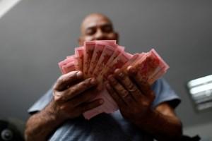 Maduro triplica salario mínimo en medio de hiperinflación