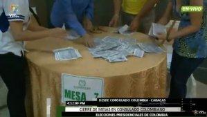 ¡Transparencia! Los medios de comunicación registran el escrutinio de votos en la segunda vuelta en Colombia (foto)