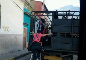 Como los propios animales: Merideños se trasladan a sus destinos en camiones de ganado #4Jun