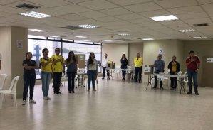 Ciudadanos colombianos en Ecuador votaron con camisetas amarillas