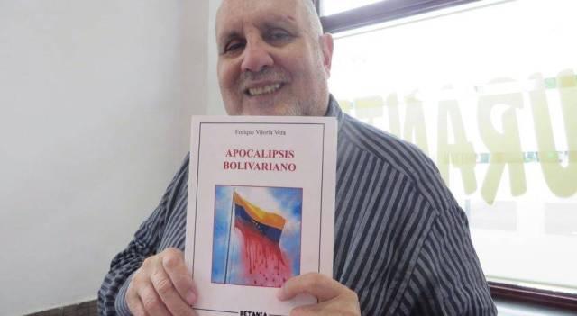 El escritor Enrique Viloria con su libro. Foto de Jacqueline Alencar