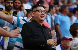 """Vacílate """"al mismísimo"""" Kim Jong-un disfrutando el Uruguay – Rusia en el estadio"""