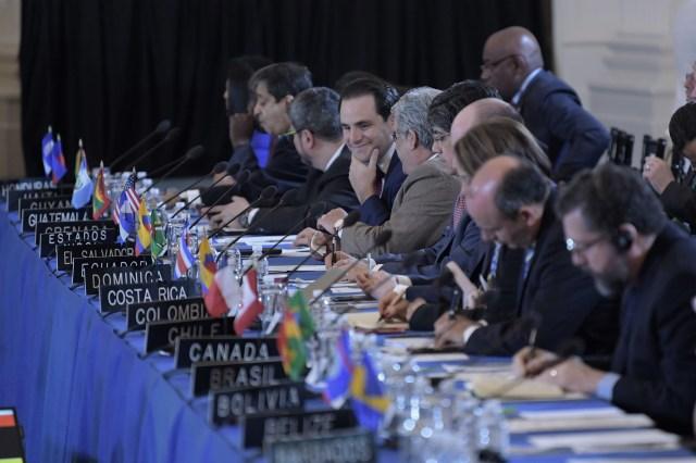 """MIA01- WASHINGTON (EEUU), 05/06/2018.- Vista general de los embajadores ante la OEA durante la 70ª Asamblea General hoy, martes 5 de junio de 2018, en la sede del organismo en Washington (Estados Unidos). La Asamblea General de la Organización de Estados Americanos (OEA) llega hoy a su recta final con un debate sobre una declaración """"en apoyo al pueblo de Nicaragua"""" y una resolución sobre Venezuela que, de ser aprobada, iniciaría el proceso para suspender al país caribeño del organismo. EFE/Lenin Nolly"""