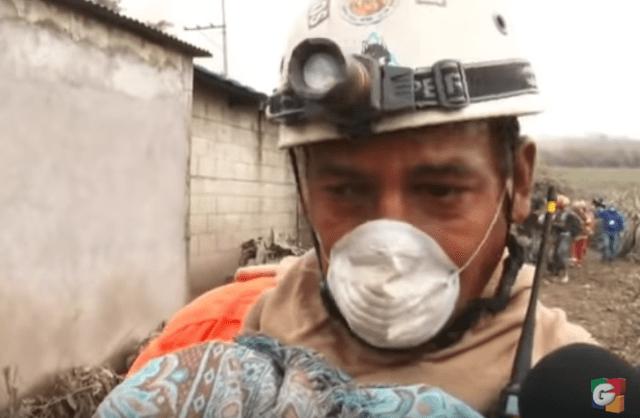 Foto: Socorristas lloran al encontrar niños y bebés calcinados por el volcán en Guatemala / Guatevision
