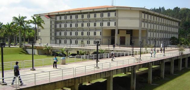 Biblioteca de la Universidad Simón Bolívar en el campus Sartenejas, Caracas / foto cortesía