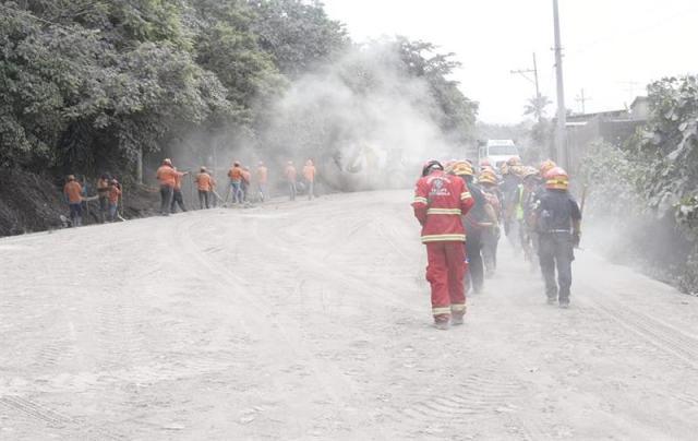 Rescatistas buscan a víctimas de la erupción del Volcán de Fuego hoy, martes 5 de junio de 2018, en la localidad de El Rodeo (Guatemala). A 70 aumentó la cifra provisional de muertos en Guatemala por la erupción del volcán de Fuego, y las brigadas reanudaron hoy la búsqueda de desaparecidos, cuyo número es incierto, bajo las toneladas de ceniza, informó una fuente oficial. EFE/Rodrigo Pardo