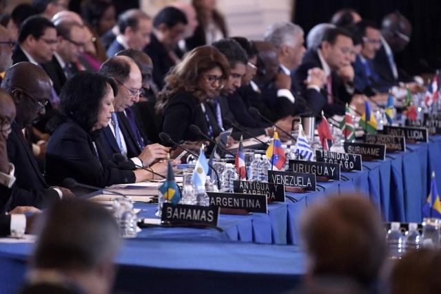 """MIA03. WASHINGTON (DC, EEUU), 04/06/2018.- Embajadores de países miembros de la Organización de Estados Americanos (OEA) participan durante la apertura de la 70ª Asamblea General de la OEA hoy, lunes 4 de junio de 2018, en la sede del organismo en Washington, DC (EE.UU.). Almagro hizo un llamado a la libertad y la democracia durante su discurso de apertura de la asamblea, en el que aseguró que el continente debe estar """"definitivamente libre de dictaduras"""". EFE/Lenin Nolly"""
