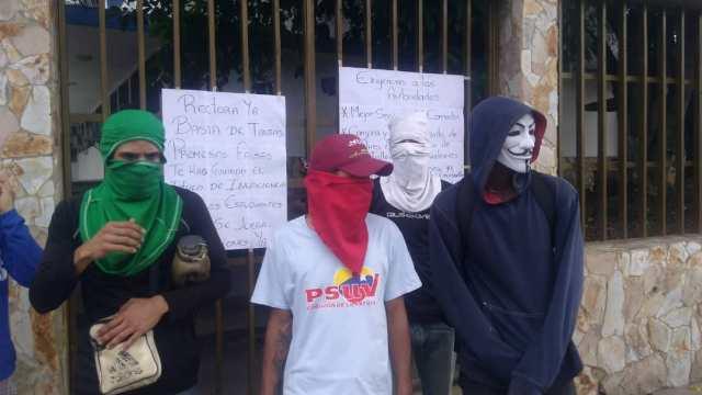 Foto: Estudiantes de UPPT-Trujillo protestan para exigir la renuncia de la rectora / @mayralinares
