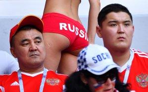 ¡Casi desnuda! Una fan rusa, triste o alegre, se lleva las miradas en el estadio (WOW)