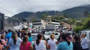 Por esta razón vecinos de Terrazas de Guaicoco trancaron vías en Filas de Mariche #18Jun (Fotos + Video)