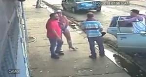 EN VIDEO: Borrachos, buzos y agresivos… policías venezolanos se caen a tiros por unos piropos