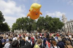 El bebé Trump en pañales llega al Parlamento de Londres (fotos)