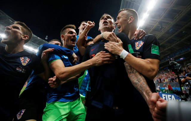 Fútbol Fútbol – Copa del Mundo – Semifinal – Croacia – Inglaterra – Estadio Luzhniki, Moscú, Rusia – 11 de julio de 2018 Mario Mandzukic de Croacia celebra anotar su segundo gol con sus compañeros REUTERS / Carl Recine